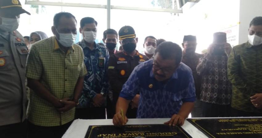 ti Wakatobi H. Arhawi, beserta forkopimda saat meresmikan bangunan gedung Rumah Sakit Umum Daerah Kabupaten Wakatobi, pada Sabtu 19 Juni 2021. Foto (rusdin/tegas.co)