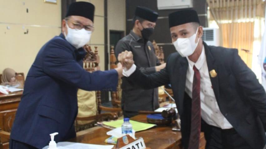 Bupati Konsel, H Surunudin Dangga (kiri) bersama Ketua Fraksi Demokrat, Ramlan (kanan) usai membacakan rekomendasi fraksi atas LKPJ Bupati tahun 2020
