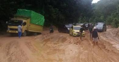 sejumlah ruas jalan di kabupaten Buton Utara mengalami rusak berat pasca hujan dan banjir. FOTO : MIRDAT