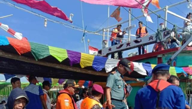 TNI - AL Meriahkan Lomban dan Larungan
