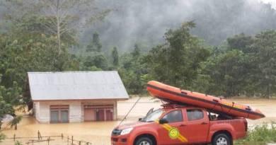 perahu Karet milik BPBD dfi siapkan untuk mengevakuasi warga korban banjir. FOTO : MAHIDIN