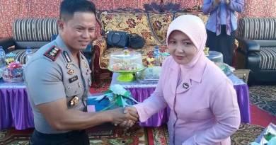 Kapolres Konsel AKBP Yeyen Lesmana. S. IK Saat Menyambut Pj. Ketua Bhayangkari Polda Sultra Vivi Bambang Triambada. FOTO : MAHIDIN