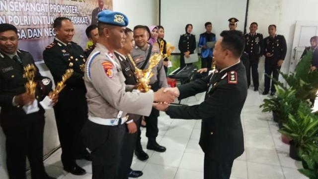 Penyerahan Hadiah Lomba Pos Kamling HUT Bhayangkara ke 73