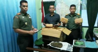 Kodim 0104/Atim Letkol Inf Amril Haris Isya Siregar, SE bersama anggotanya saat menunjukkan barang bukti ganja kering yang berhasil diamankan oleh anggotanya. FOTO : ROBY SINAGA
