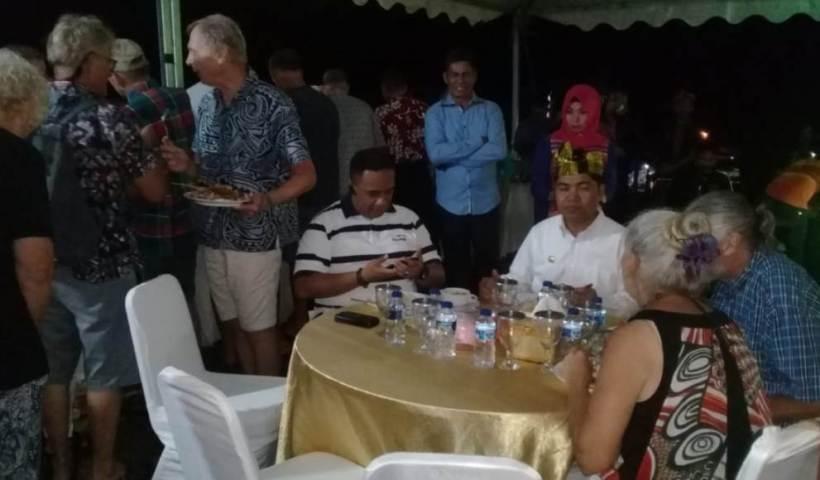 Bupati Buton La Bakry didampingi Wakapolres Buton Kompol Arnold Von Bullow saat makan bersama dengan wisatawan mancanegara