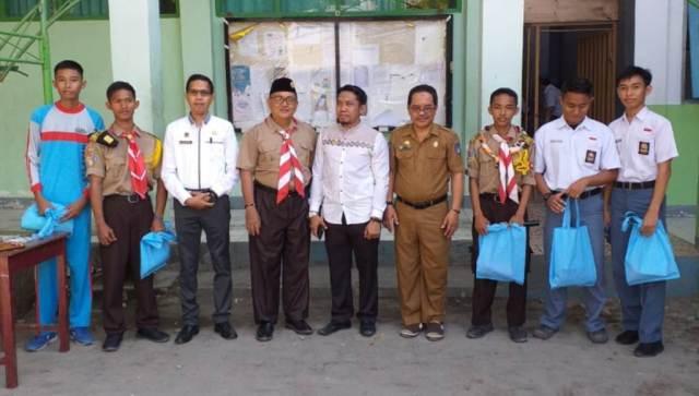 Lima Siswa SMA 1 Benteng Dapat Doorprize dari Ketua KPU Selayar