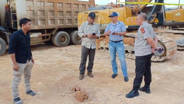 "Diduga Illegal Mining, Polda Sultra Police Line 117 Alat Berat Milik PT. OSS Sebanyak 117 unit alat berat milik PT. Obsidian Stainless Steel (OSS) di police line oleh Polda Sulawesi Tenggara (Sultra) akibat dugaan illegal mining, Jumat (28/6/2019). Hal itu diungkapkan Kabid Humas Polda Sultra, AKBP. Harry Goldenhart.Sik dalam rilisnya. Dia merinci, alat berat tersebut terdiri, 81 unit Dump Truck, 33 Excavator, 2 Loader, 1 Buldoser dengan total : 117 alat berat. Illegal mining atau Penambangan ilegal adalah kegiatan penambangan yang dilakukan tanpa izin negara, khususnya tanpa adanya hak atas tanah, izin penambangan, dan izin eksplorasi atau transportasi mineral. (Illegal mining is mining activity that is undertaken without state permission, in particular in absence of land rights, mining licenses, and exploration or mineral transportation permits). Harry Goldenhart menegaskan, penindakan itu dilakukan Direktorat Kriminal Khusus (Ditkrimsus) Polda Sulawesi Tenggara (Sultra) didampingi tim Bareskrim Polri. ""Diduga pelaku kegiatan penambangan tanah urug (Urugan) tanpa Izin Usaha Pertambangan (IUP) dan Izin pinjam pakai kawasan hutan (IPPKH)""sebutnya. Kronologis penindakan, kata Harry Goldenhart menerangkan, pada Jumat 28 Juni 2019 sekitar pukul 10.30 wita, tim penyidik Tndak Pidana Tertentu (Tipidter), Krimsus Polda Sultra bersama Tipidter Bareskrim Polri telah menemukan kegiatan penggalian tanah urug di TKP pada lokasi kawasan hutan produksi tanpa IPPKH. ""Ini melanggar pasal 89 ayat (2) huruf a, b UU No.18 tahun 2013 tentang pencegahan dan pemberantasan perusakan hutan (UU Kehutanan), dan belum memiliki IUP melanggar pasal 158 UU nomor 4 tahun 2009 tentang pertambangan minerba,""jelas Harry Goldenhart. Atas penindakan tersebut, Polda Sultra rencananya akan berkoordinasi dengan ahli terkait penambang tanah urug. Kemudian Gelar perkara, membuat laporan dan proses sidik. Akibat perbuatan illegal mining tersebut, pelaku terancam pidana penjara paling singkat 3 tahun dan pa"
