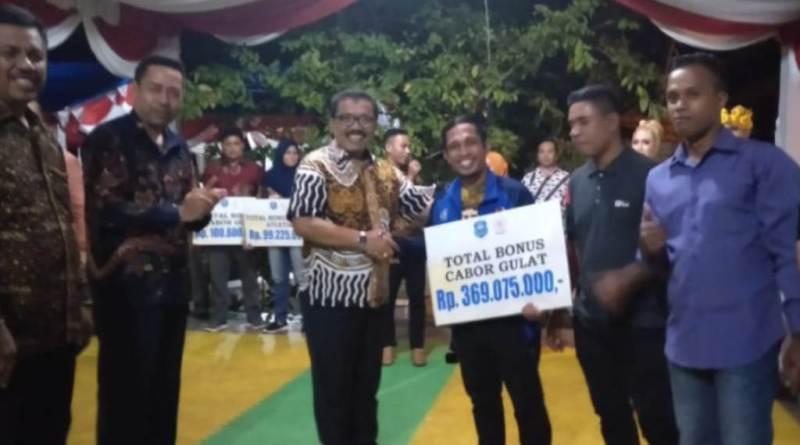 76 Atlet Wakatobi Peraih Mendali Porprov XIII Sultra Terima Bonus