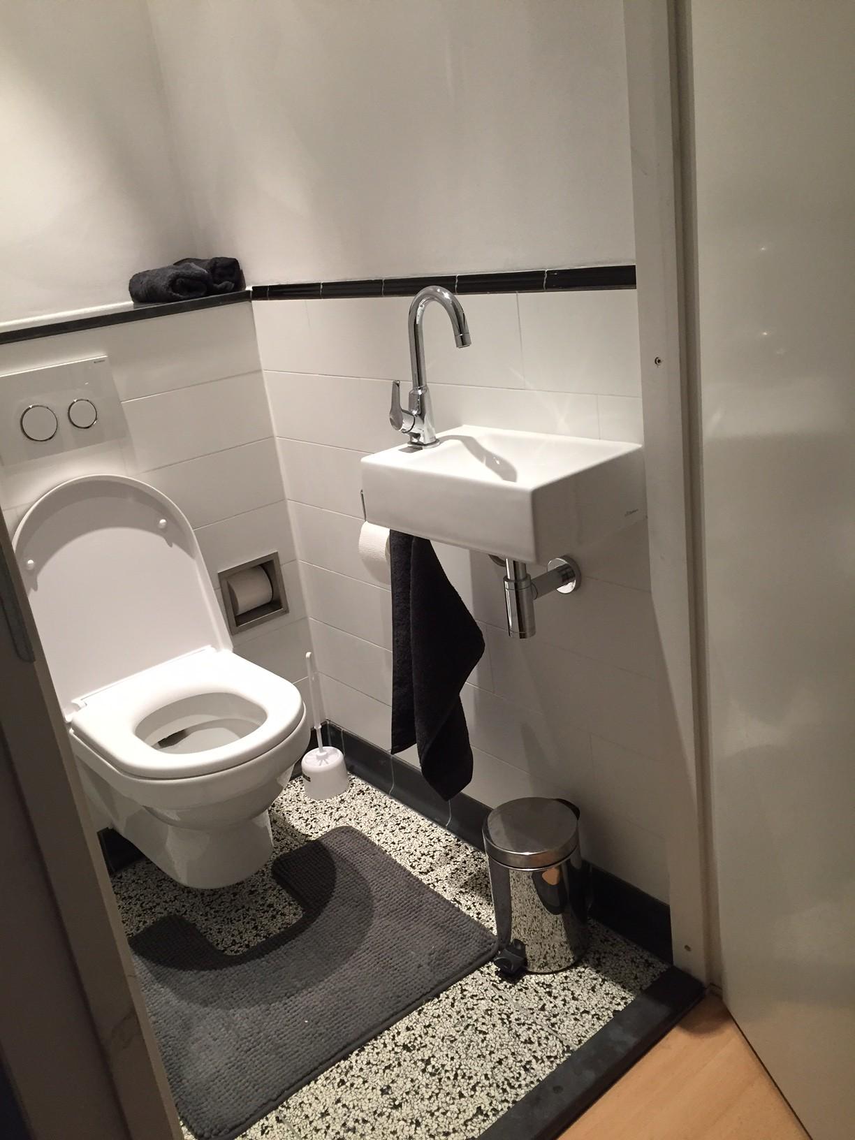 Witte Terrastegels 40x40.Granito Tegels In Toilet Met Zwarte Plint Tegelaer Tegelhandel