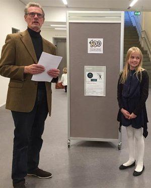 Ole Jensen uddeler førstepræmien til 10-årige Mette Bjørstrup.
