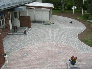 Plattsättning stor yta utanför villa.