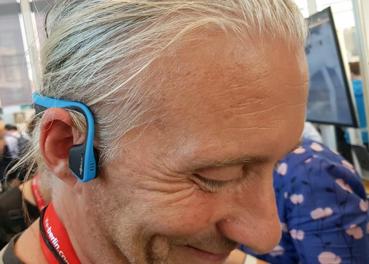 Občutek pri nošenju in poslušanju vibrirajočih slušalk je nenavaden.