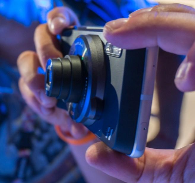Med uporabo je celoten komplet kot žepen fotoaparat.