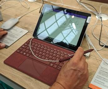 Surface Go s priložnostno tipkovnico v neobičajni barvi in tipkovnico.