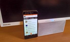 Zvočnik bluetooth je kar glasen in lahko deluje samostojno. Takrat je zaslon izključen.