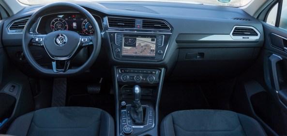 V sprednjem delu kabine navdušujeta velika zaslona, oblikovanje je za Volkswagen še kar domiselno.