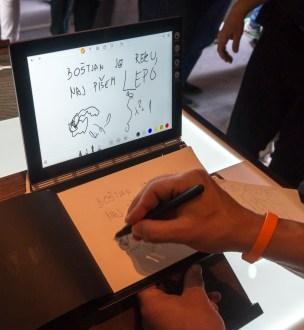Sledilna površina prepoznava tudi zapiske in risbe na običajen papir.