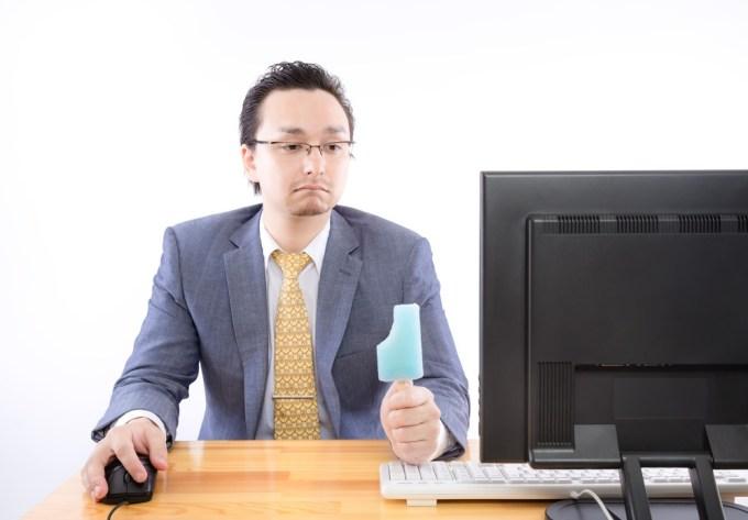 アイスを食べながらパソコンでITの勉強をする。