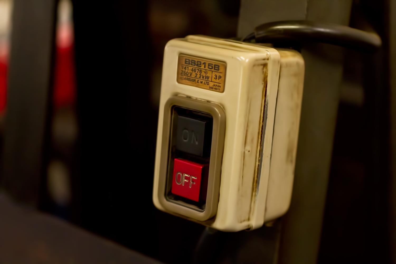古い露出スイッチ。電灯のオンオフができる。