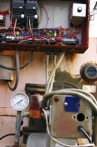 制御盤の中身の配線やリレー。