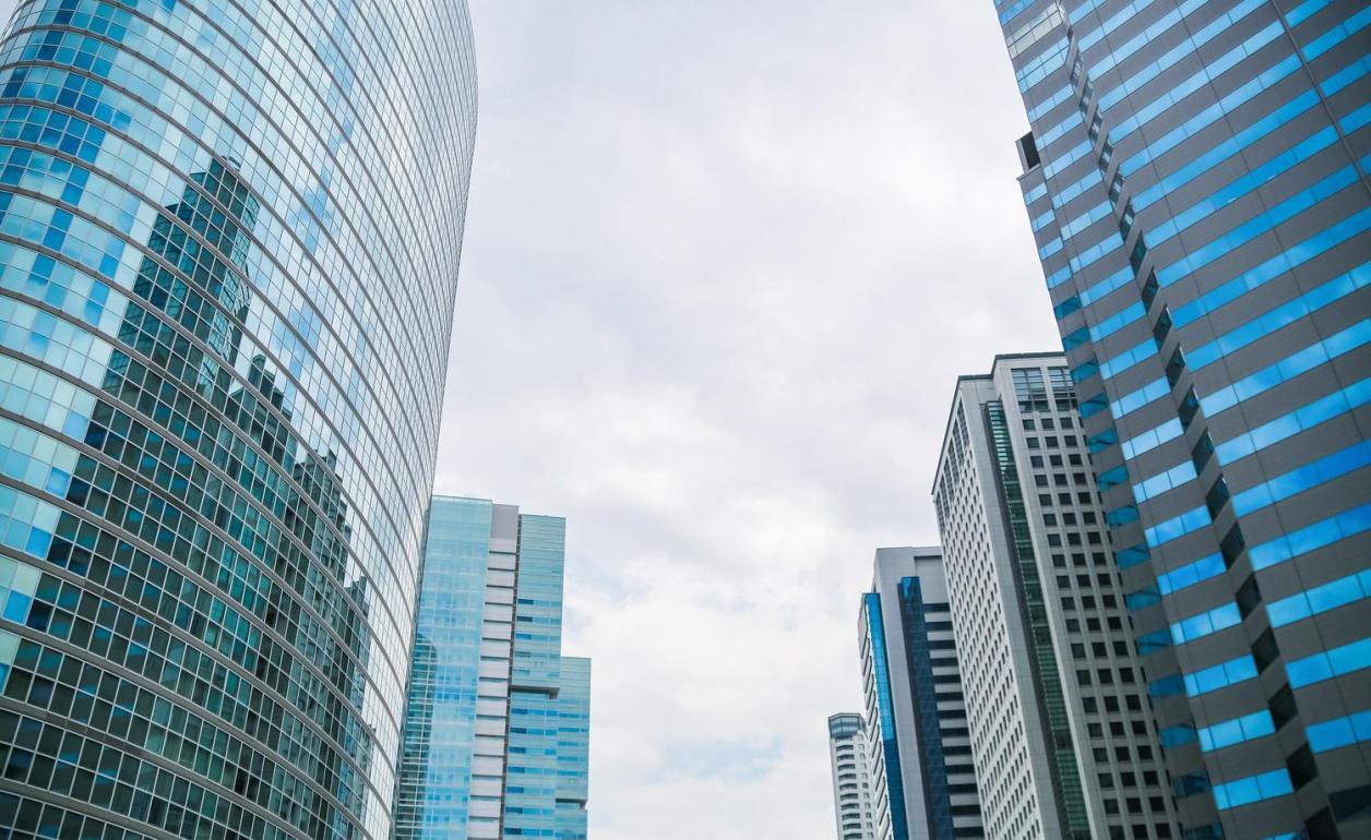 高層ビル群。これらのビルにはそのビルを管理している人達も働いている。