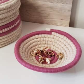 Cesta de color rosa hecha