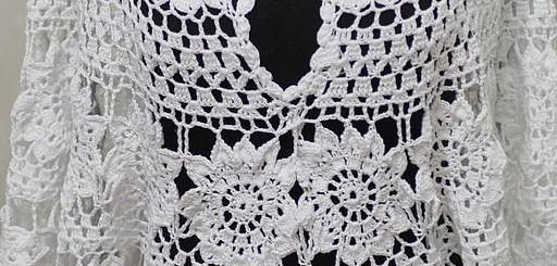 Blusa crochet con rosetas