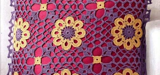 Almohada crochet con flor