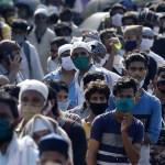 """Hindistan'da göçmenler yine dezenfektanla yıkandı, belediye """"yanlışlık"""" dedi"""