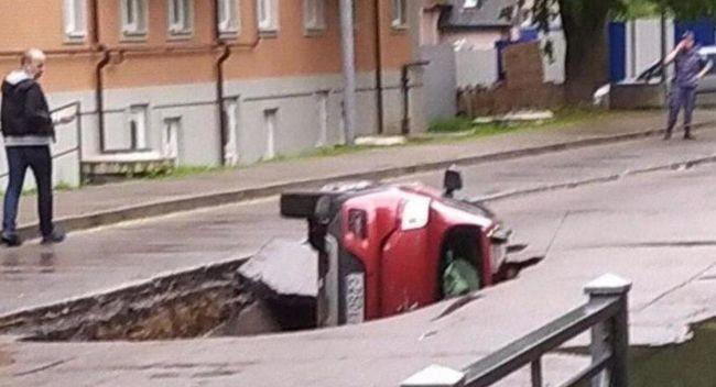 Rusya'da otomobil asfaltın çökmesiyle çukura düştü