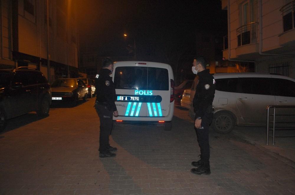 Saatlerdir banka önünde unutulan paketi polis fark etti