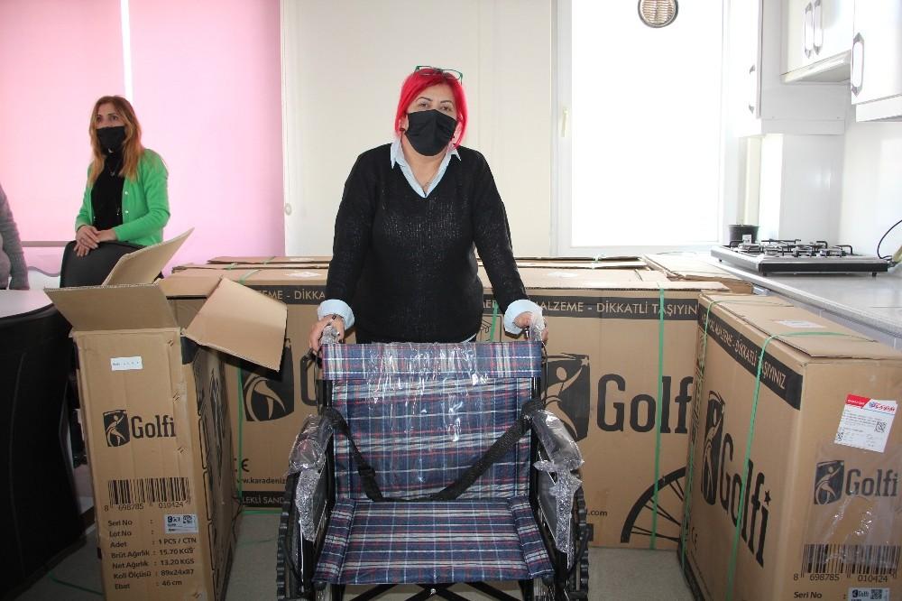 Rüyasında gördüğü milli sporcu Semih Erden, 10 adet tekerlekli sandalye bağışladı