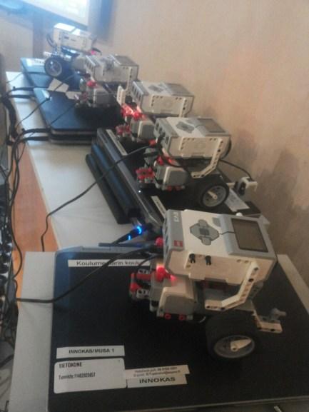 Robotit latautumassa.