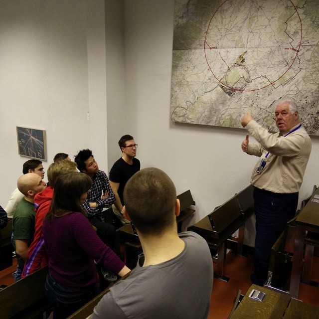 Vincent Smith från Bristol University höll en introduktionsföreläsning om CERN och den fysik som ligger till grund för de experiment de utför.