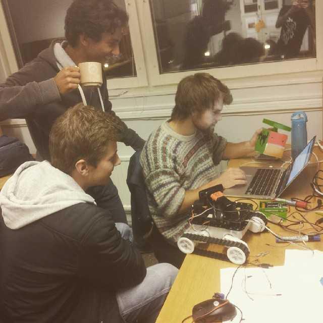 Grupp A.R.C finputsar ifsatsmonstret in i det sista, allt för att ha en robot som fungerar perfekt imorgon! Kl 15.00 i naturvetarhusets ljusgård gäller det! #tekniskfysik #umu #projektvecka #F15