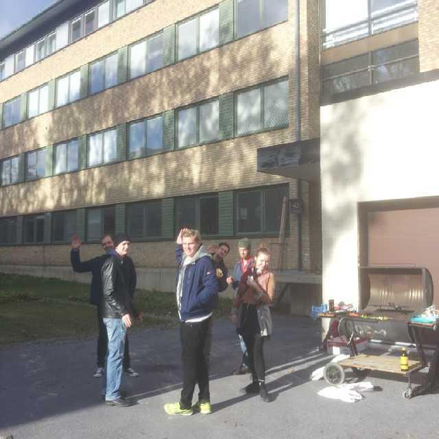 Idag går lastkajsfestivalen 6 av stapeln! Några få fysiker trotsar höstkylan och mumsar korv i solen! : #tekniskfysik #umu #festival