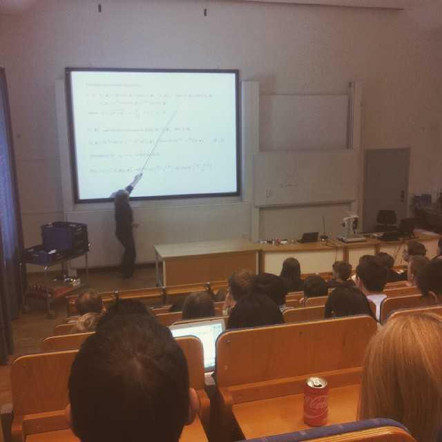 Michael Bradley håller en lunchföreläsning om årets nobelpris i fysik för kunskapstörstande studenter. Bra fredag! #umu #tekniskfysik #nobelprize #neutrinos