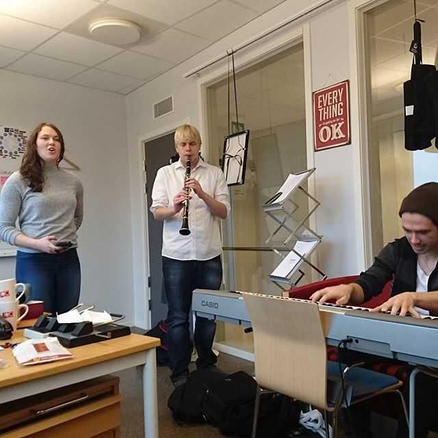 Lovisa hannes och Tobias övar inför morgondagen på amanuenskontoret! Kommer bli magiskt :)