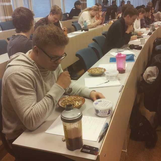 Den optimala föreläsningen sker i samband med frukost!! #tekniskfysik #umu #food