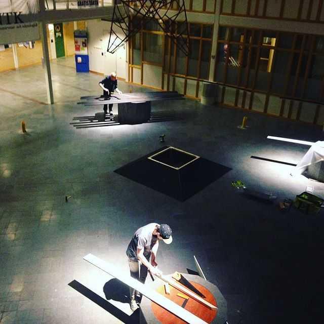 3 dagar kvar till robottävlingen och tävlingsbanan börjar komma på plats. #tekniskfysik #robottävlingen @umeauniversitet