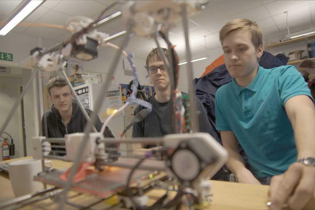 Lag Space invaders tittar roat på när Hilda jobbar för allt hon är värd med att printa ut nästa kritiska robotdel.
