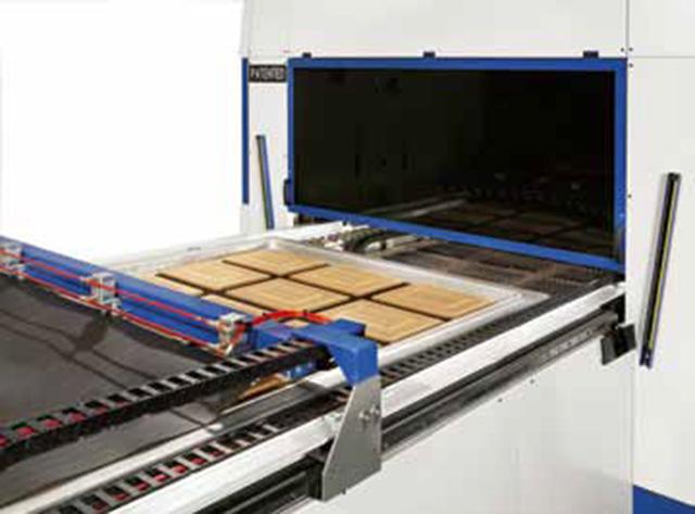 Загрузочный узел с размоткой пленки ПВХ и одновременным сканированием облицовываемых деталей для автоматической настройки PIN SYSTEM пресса AUTOMATION 1 TRAYS, производство ORMA Macchine (Италия)