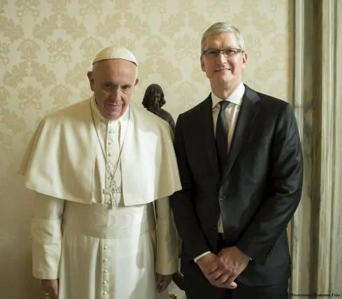 Pop Francis Akiwa Na Tim Cook Wa Apple Inc.