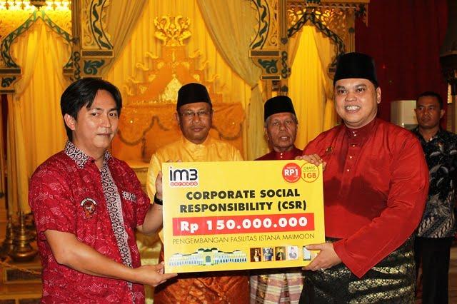 Indosat Ooredoo menyerahkan CSR ke Istana Maimoon (sumber Selular)