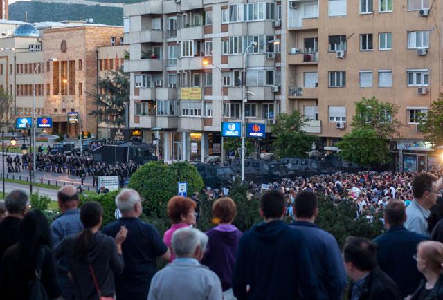 Skopje 16. april 2016. Protesterende demonstranter bliver lidt senere forhindret i at nå frem til parlamentsbygningen.