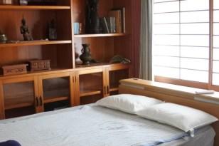 鍵付きの2F洋室。こちらのみベッド。