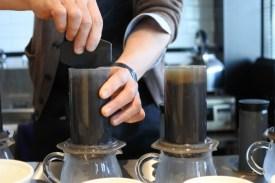 カフェオレのコーヒーは極細挽きの豆をエアロプレスで抽出。