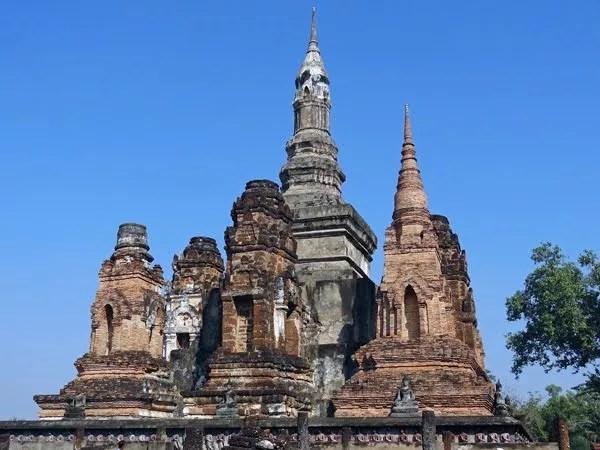 ワット・マハタート(Wat Mahathat):僧侶の石像が寺院を支えている。