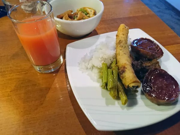 ※Garuda Indonesia Air のラウンジで、お腹は空いているけど、疲れで少食
