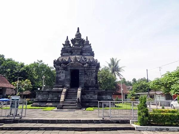 ※パオン寺院は、民家が並ぶ道路沿いひょこっと。